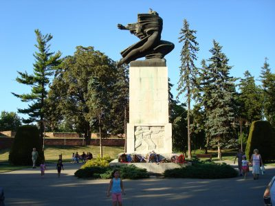 15Monument_to_France